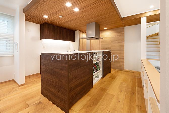 [兵庫県伊丹市]ダブル断熱仕様のZEH(ゼロエネルギーハウス)ヤマト住建モデルハウスの下がり天井のキッチン