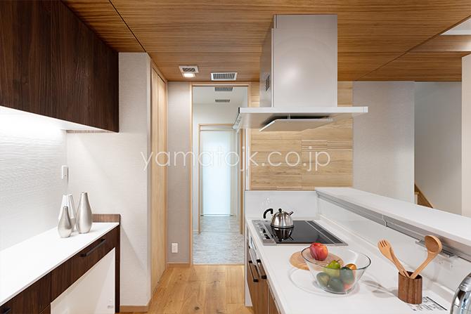 [兵庫県伊丹市]ダブル断熱仕様のZEH(ゼロエネルギーハウス)ヤマト住建モデルハウスのキッチン
