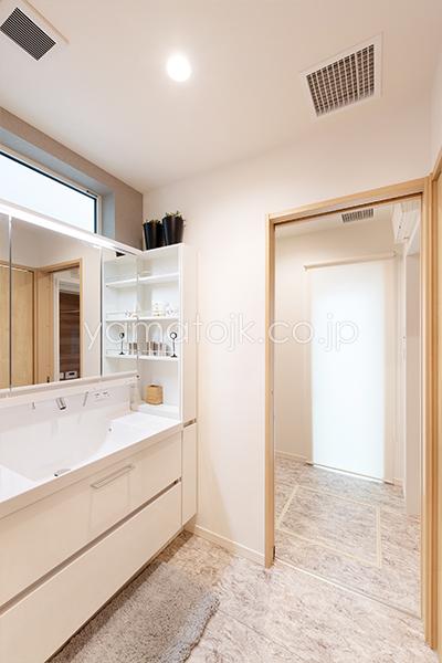 [兵庫県伊丹市]ダブル断熱仕様のZEH(ゼロエネルギーハウス)ヤマト住建モデルハウスのセパレートの洗面室