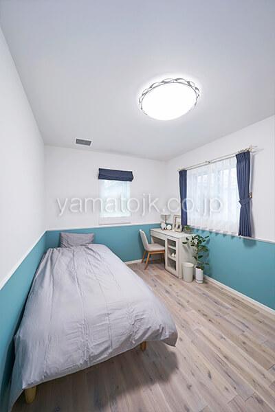[埼玉県上尾市]ダブル断熱仕様で電気を自給自足するZEH(ゼロエネルギーハウス)ヤマト住建モデルハウスの爽やかなツートンカラーのクロスの2階洋室
