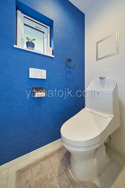[埼玉県上尾市]ダブル断熱仕様で電気を自給自足するZEH(ゼロエネルギーハウス)ヤマト住建モデルハウスのアクセントクロスのトイレ