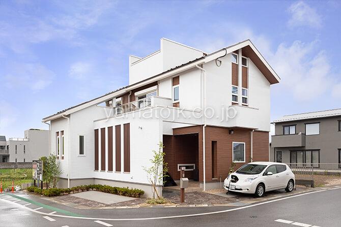 [滋賀県彦根市]ダブル断熱仕様で電気を自給自足するZEH(ゼロエネルギーハウス)ヤマト住建モデルハウスの電気自動車とV2Hを搭載した外観