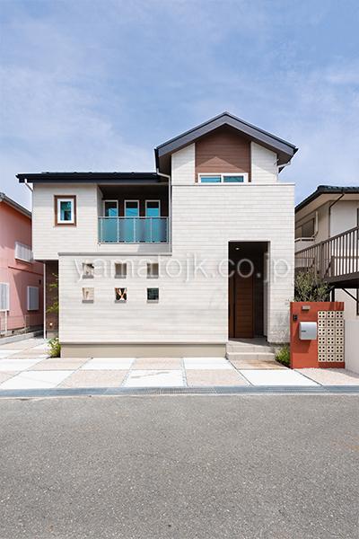[神戸市西区]ダブル断熱仕様のZEH(ゼロエネルギーハウス)ヤマト住建モデルハウスの木目調の外壁がおしゃれな外観