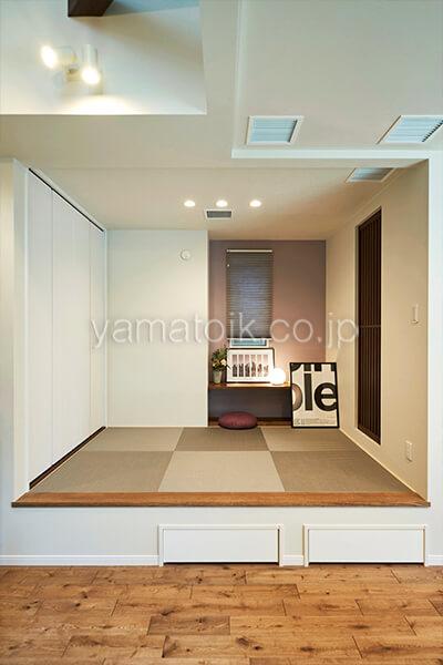 [埼玉県所沢市]ダブル断熱仕様のZEH(ゼロエネルギーハウス)ヤマト住建モデルハウスのリビング横の小上がり和室