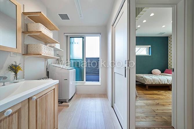 [埼玉県所沢市]ダブル断熱仕様のZEH(ゼロエネルギーハウス)ヤマト住建モデルハウスの洗濯動線が完結する2階洗面室とバルコニー
