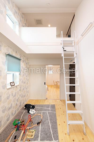 [神戸市西区]ダブル断熱仕様のZEH(ゼロエネルギーハウス)ヤマト住建モデルハウスのロフト付きの2階子供部屋