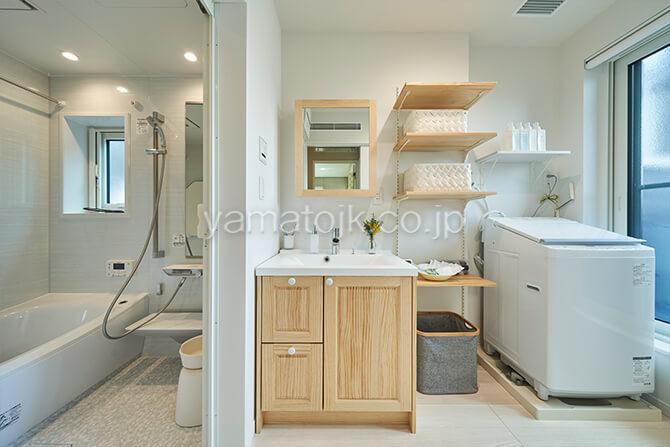 [埼玉県所沢市]ダブル断熱仕様のZEH(ゼロエネルギーハウス)ヤマト住建モデルハウスの2階にある洗面室と浴室