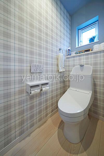 [埼玉県所沢市]ダブル断熱仕様のZEH(ゼロエネルギーハウス)ヤマト住建モデルハウスのアクセントクロスのトイレ