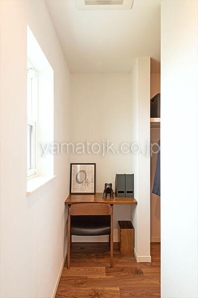 [滋賀県彦根市]ダブル断熱仕様で電気を自給自足するZEH(ゼロエネルギーハウス)ヤマト住建モデルハウスのウォークインクローゼット横の書斎