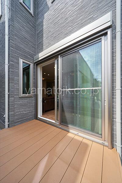 [埼玉県所沢市]ダブル断熱仕様のZEH(ゼロエネルギーハウス)ヤマト住建モデルハウスの南側の明るいテラス