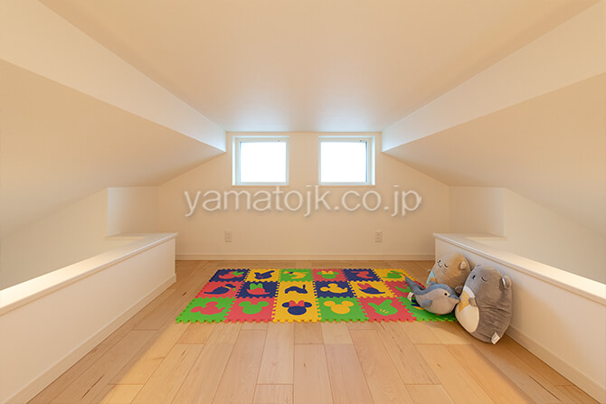 [滋賀県彦根市]ダブル断熱仕様で電気を自給自足するZEH(ゼロエネルギーハウス)ヤマト住建モデルハウスの上部で繋がる子供部屋のロフト