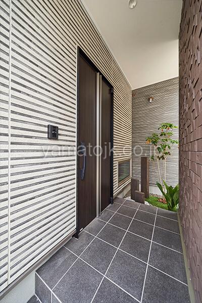 [埼玉県所沢市]ダブル断熱仕様のZEH(ゼロエネルギーハウス)ヤマト住建モデルハウスの坪庭のある玄関ポーチ