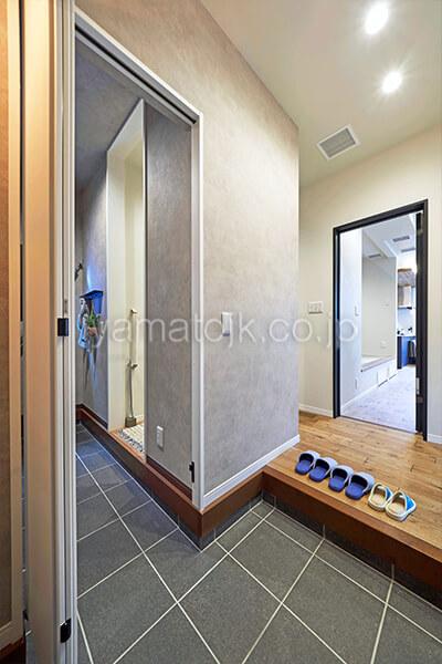 [埼玉県所沢市]ダブル断熱仕様のZEH(ゼロエネルギーハウス)ヤマト住建モデルハウスの玄関と扉付きのシューズクローク