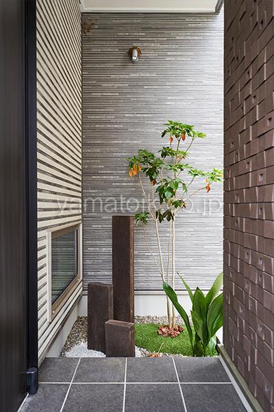 [埼玉県所沢市]ダブル断熱仕様のZEH(ゼロエネルギーハウス)ヤマト住建モデルハウスの玄関横の坪庭