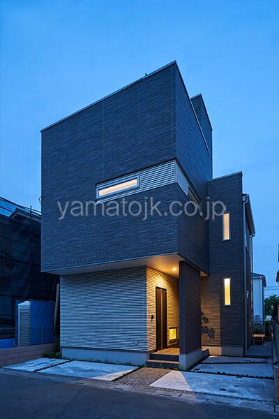 [埼玉県所沢市]ダブル断熱仕様のZEH(ゼロエネルギーハウス)ヤマト住建モデルハウスの外観のライトアップ