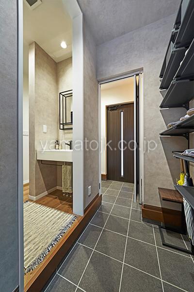 [埼玉県所沢市]ダブル断熱仕様のZEH(ゼロエネルギーハウス)ヤマト住建モデルハウスのシューズクロークと玄関手洗い場