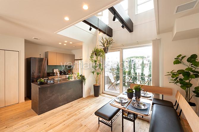[神戸市西区]ダブル断熱仕様のZEH(ゼロエネルギーハウス)ヤマト住建モデルハウスのソファダイニングとキッチン