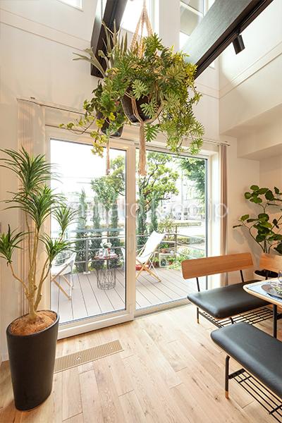 [神戸市西区]ダブル断熱仕様のZEH(ゼロエネルギーハウス)ヤマト住建モデルハウスのテラスと繋がるソファダイニング