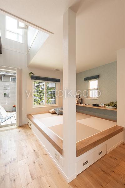 [神戸市西区]ダブル断熱仕様のZEH(ゼロエネルギーハウス)ヤマト住建モデルハウスの小上がりの開放的な和室