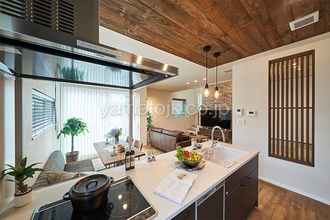 [埼玉県所沢市]ダブル断熱仕様のZEH(ゼロエネルギーハウス)ヤマト住建モデルハウスの空間全体を見渡せるキッチン