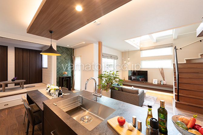 [大阪府泉南郡熊取町]高気密・高断熱でダブル断熱仕様のヤマト住建モデルハウスの空間全体を見渡せるキッチン
