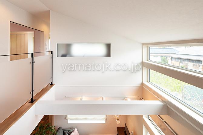 [大阪府泉南郡熊取町]高気密・高断熱でダブル断熱仕様のヤマト住建モデルハウスの大きなFIX窓のある吹き抜け