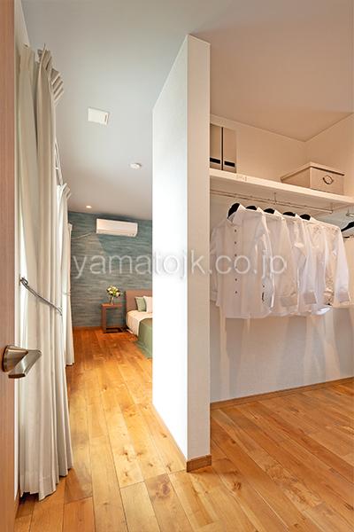 [大阪府泉南郡熊取町]高気密・高断熱でダブル断熱仕様のヤマト住建モデルハウスの主寝室のウォークインクローゼット