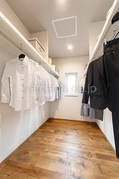 [大阪府泉南郡熊取町]高気密・高断熱でダブル断熱仕様のヤマト住建モデルハウスのウォークインクローゼット