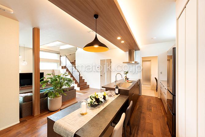 [大阪府泉南郡熊取町]高気密・高断熱でダブル断熱仕様のヤマト住建モデルハウスのダイニングテーブルと一体のキッチン