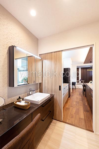 [大阪府泉南郡熊取町]高気密・高断熱でダブル断熱仕様のヤマト住建モデルハウスのキッチン横の洗面室